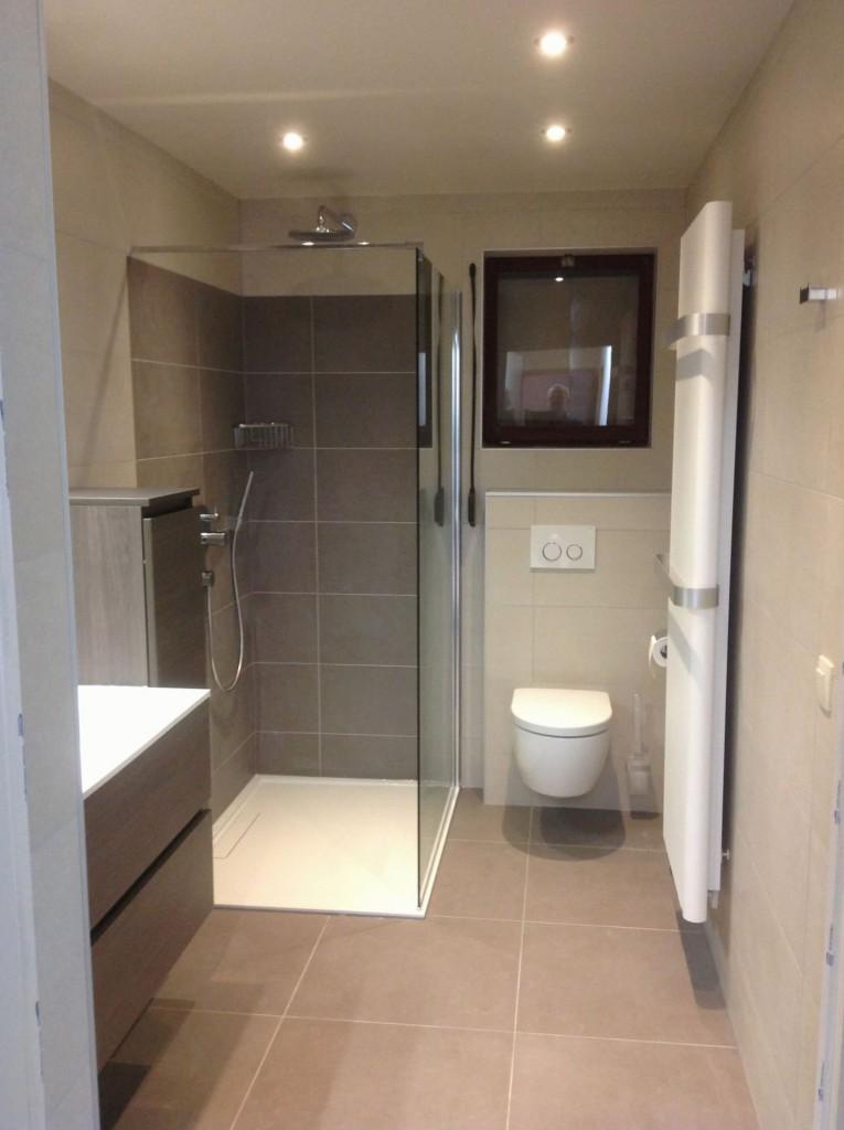 Badkamerrenovatie met inloopdouche en ophangtoilet te Diepenbeek ...
